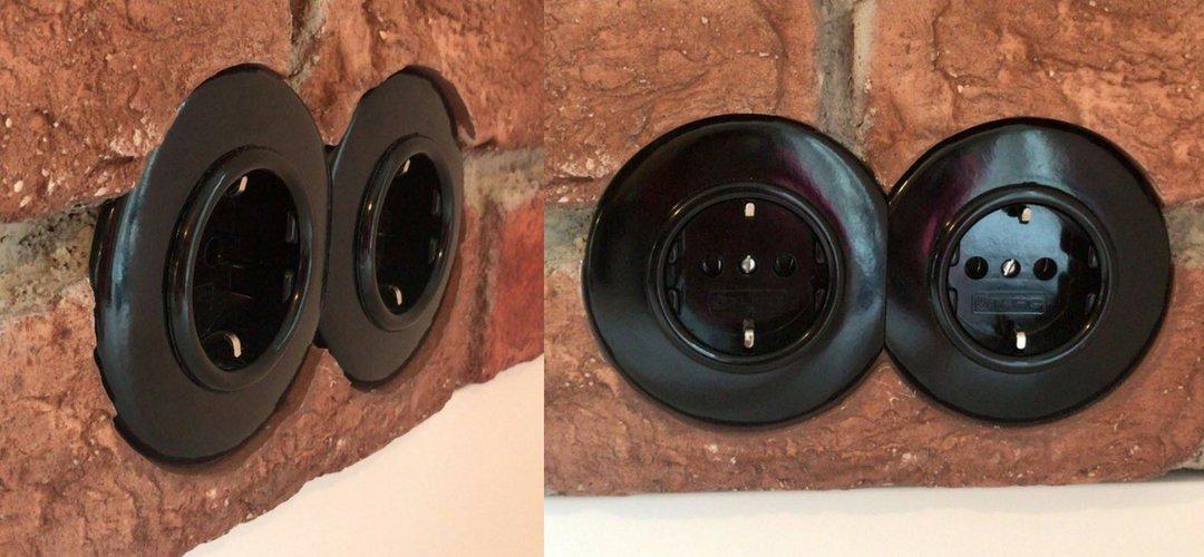 2 ronde zwart bakelieten stopcontacten
