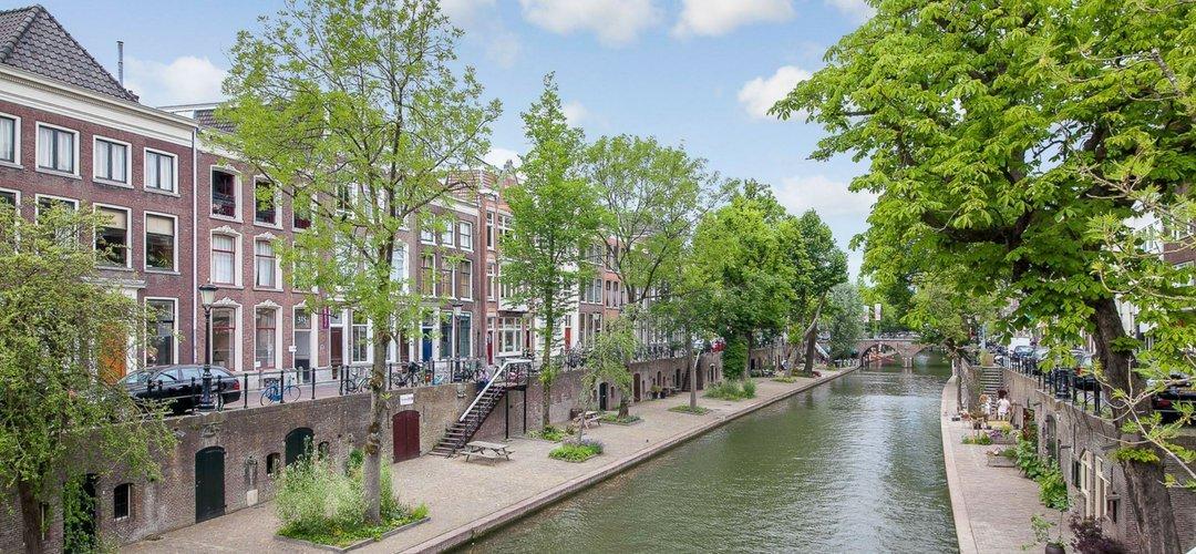 Utrecht Oudegracht - Grachtenpand voorzien van zwart bakeliet schakelmateriaal