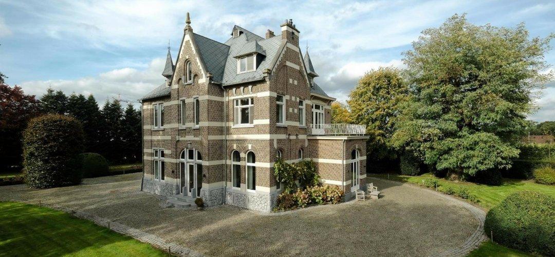 België notariswoning uit de 19e eeuw met porselein schakelmateriaal