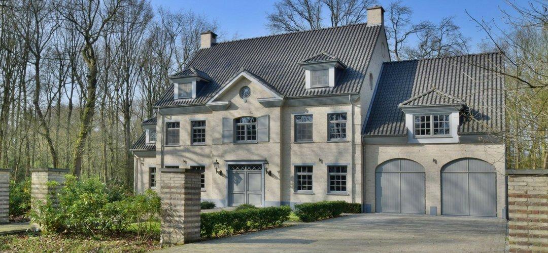 Moderne Belgische villa voorzien van rond wit bakeliet schakelmateriaal