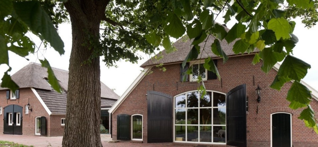 Zwijndrecht - Unieke monumentale woonboerderij voorzien van wit bakeliet schakelmateriaal.